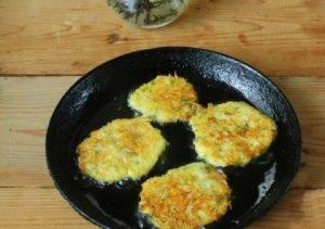 Тыквенно-картофельные оладьи с вареными яйцами - 3