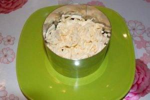 Салат с плавленым сыром и курицей - 2