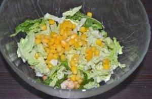Салат с пекинской капустой, куриным филе и кукурузой - 1