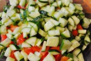 Салат с овощами и копченой курицей - 2