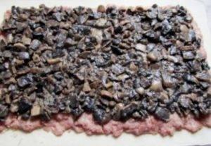 Мясной рулет с грибами в слоеном тесте - 2