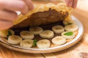 Блинные конвертики с ореховой пастой и бананами - 4