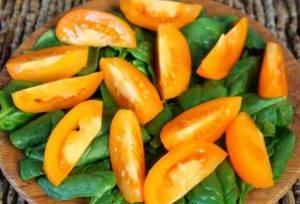 Салат из помидор с луком-пореем и шпинатом - 1