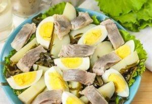 Салат с морской капустой и селедкой - 1