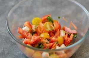 Салат с сухариками и болгарским перцем - 1