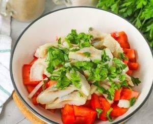 Салат с селедкой и помидорами - 1