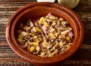 Свинина с ананасами и грибами в духовке - 1