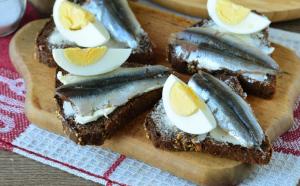 Бутерброды с килькой и яйцом - 2