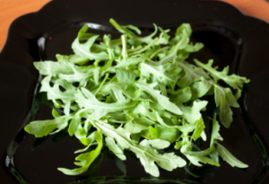 Салат из курицы с рукколой и клубникой - 2