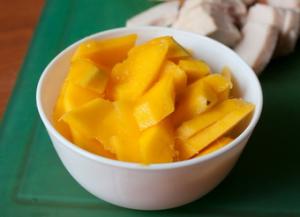 Cалат из курицы с манго и рукколой - 1