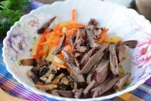 Салат из свиного сердца с грибами - 1