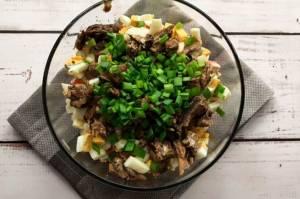 Салат с морской капустой и шпротами - 1