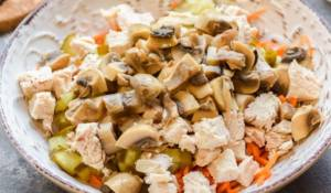 Салат с курицей и маринованными шампиньонами - 1